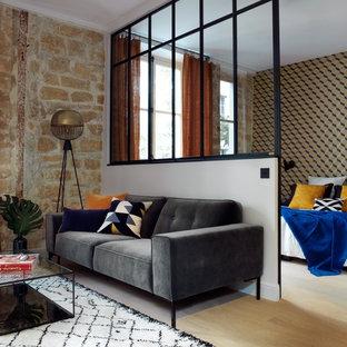 Idées déco pour une salle de séjour contemporaine de taille moyenne avec un sol en bois clair, aucune cheminée et aucun téléviseur.