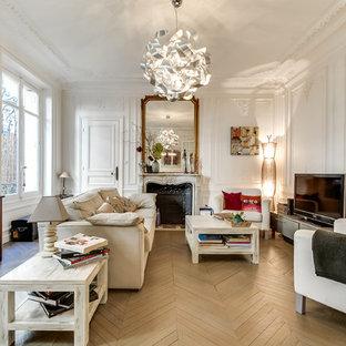 Exemple d'une grande salle de séjour chic ouverte avec un mur blanc, une cheminée standard, un téléviseur indépendant, un sol en bois peint et un manteau de cheminée en pierre.