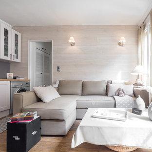 Idée de décoration pour une petite salle de séjour tradition ouverte avec un mur gris et un sol en bois brun.