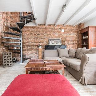 Cette photo montre une salle de séjour industrielle de taille moyenne et ouverte avec un mur rouge, un sol en bois peint, aucune cheminée et un téléviseur indépendant.