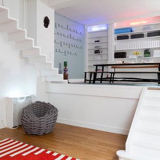 Réalisation d'une salle de séjour design de taille moyenne et ouverte avec un mur blanc, aucune cheminée, aucun téléviseur et un sol en bois clair.