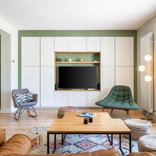 Großes, Offenes Nordisches Wohnzimmer mit grüner Wandfarbe, hellem Holzboden, Kaminofen und Multimediawand in Sonstige