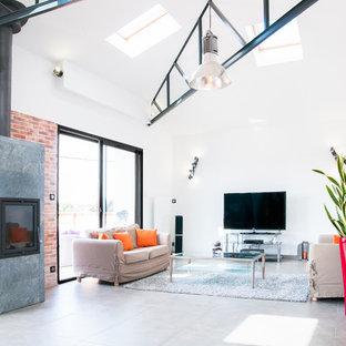 Idée de décoration pour une grande salle de séjour urbaine ouverte avec un mur blanc, un sol en carrelage de céramique et un téléviseur indépendant.