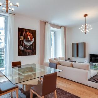 Inspiration pour une grand salle de séjour design ouverte avec un mur blanc, un sol en bois brun, aucune cheminée et un téléviseur indépendant.