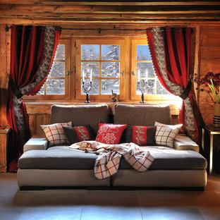 Idée de décoration pour une salle de séjour chalet de taille moyenne et fermée avec un mur marron, un sol en carrelage de céramique et aucune cheminée.