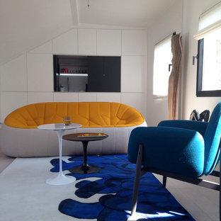 Idée de décoration pour une salle de séjour design de taille moyenne et fermée avec un mur blanc, un téléviseur fixé au mur et aucune cheminée.