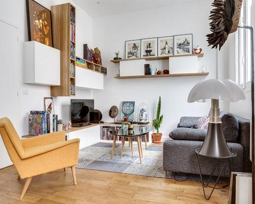 cette image montre une salle de sjour avec une bibliothque ou un coin lecture bohme ferme