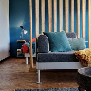 マルセイユの中サイズのミッドセンチュリースタイルのおしゃれなオープンリビング (青い壁、淡色無垢フローリング、オレンジの床) の写真