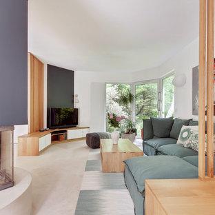 Cette photo montre une grande salle de séjour tendance avec un mur blanc, un téléviseur indépendant, un sol beige et un manteau de cheminée en plâtre.