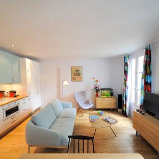 Aménagement d'une salle de séjour avec une bibliothèque ou un coin lecture contemporaine ouverte et de taille moyenne avec un mur blanc, un sol en bois brun, aucune cheminée et un téléviseur indépendant.