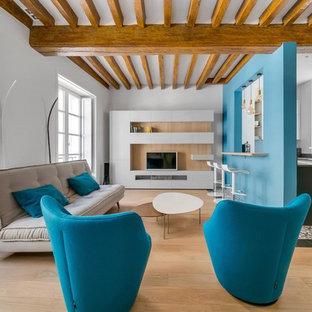 Cette photo montre une salle de séjour tendance fermée avec un mur blanc, un sol en bois brun, aucune cheminée, un téléviseur fixé au mur et un sol marron.