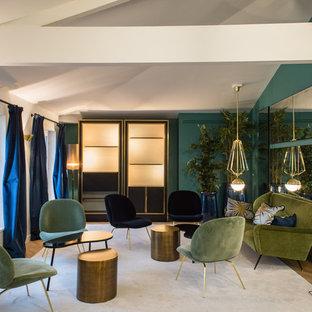 Idées déco pour une salle de séjour contemporaine fermée et de taille moyenne avec un mur vert, un sol en bois clair, aucune cheminée et aucun téléviseur.