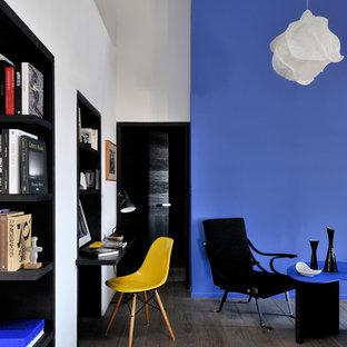 Aménagement d'une salle de séjour contemporaine de taille moyenne et ouverte avec un sol en bois brun, aucun téléviseur et un mur multicolore.