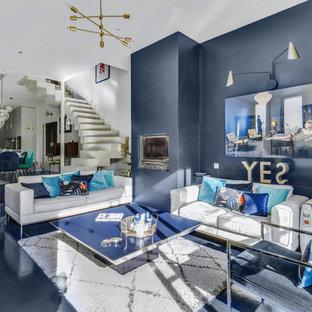 Exemple d'une grand salle de séjour tendance ouverte avec un mur bleu, une cheminée standard et un sol bleu.