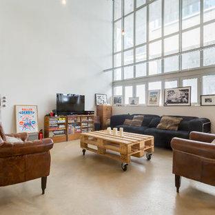 Cette image montre une grande salle de séjour urbaine ouverte avec un mur blanc, aucune cheminée et un téléviseur indépendant.
