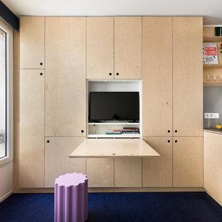 Imagen de sala de estar abierta, contemporánea, pequeña, sin chimenea, con paredes blancas, suelo de linóleo, televisor retractable y suelo azul