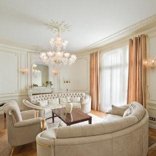 Aménagement d'une grand salle de séjour classique avec un mur beige, un sol en bois brun, une cheminée standard et aucun téléviseur.