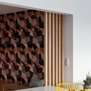パリの大きいコンテンポラリースタイルのおしゃれなファミリールーム (白い壁、淡色無垢フローリング) の写真