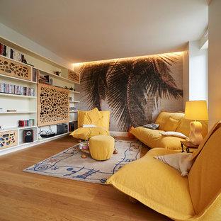 Aménagement d'une salle de séjour contemporaine fermée avec un mur blanc, un sol en bois brun, un téléviseur encastré et un sol marron.