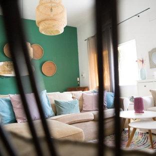 大きいトロピカルスタイルのおしゃれなファミリールーム (緑の壁、テラコッタタイルの床、黄色い床) の写真