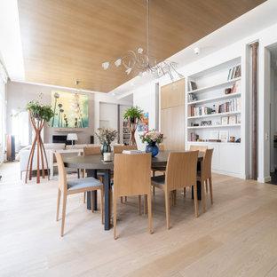 Réalisation d'une grand salle de séjour design ouverte avec un plafond en bois, un mur beige, un sol en bois clair, aucune cheminée, un téléviseur indépendant et un sol beige.