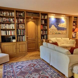 パリのヴィクトリアン調のおしゃれなファミリールーム (白い壁、淡色無垢フローリング、標準型暖炉、レンガの暖炉まわり) の写真