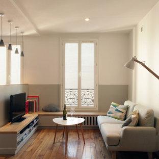 Ispirazione per un piccolo soggiorno nordico aperto con nessun camino, TV a parete, pareti multicolore e pavimento in legno massello medio