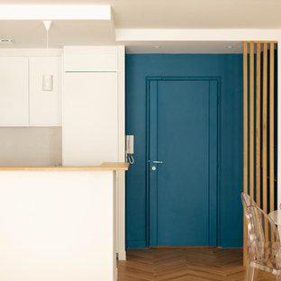 他の地域の中サイズのモダンスタイルのおしゃれなファミリールーム (青い壁、無垢フローリング、暖炉なし、テレビなし、茶色い床) の写真