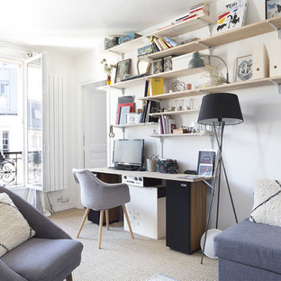 Immagine di un piccolo soggiorno nordico aperto con libreria, pareti bianche, pavimento in bambù, nessun camino e pavimento beige
