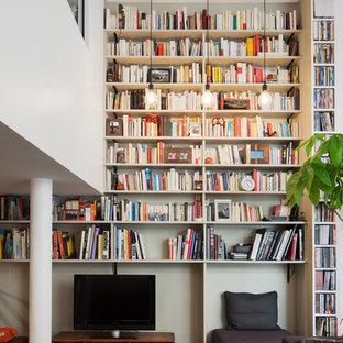 Exemple d'une grande salle de séjour avec une bibliothèque ou un coin lecture tendance ouverte avec un mur gris, un sol en bois foncé, aucune cheminée et un téléviseur indépendant.