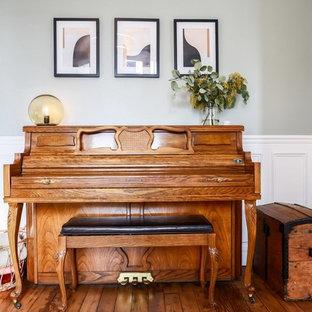 パリの小さいコンテンポラリースタイルのおしゃれなファミリールーム (ミュージックルーム、青い壁、淡色無垢フローリング、コーナー設置型暖炉、石材の暖炉まわり、据え置き型テレビ、茶色い床) の写真