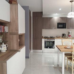 Cette image montre une salle de séjour design de taille moyenne et ouverte avec un mur violet, un sol en marbre et un sol beige.