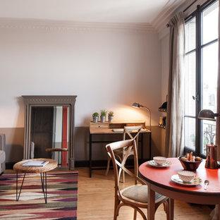Réalisation d'une salle de séjour tradition de taille moyenne et fermée avec un mur beige, un sol en bois brun et aucun téléviseur.