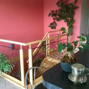 Idées déco pour une salle de séjour moderne de taille moyenne et ouverte avec un mur rouge, un sol en carrelage de céramique et un sol beige.
