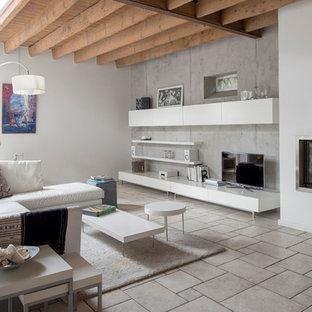 Aménagement d'une salle de séjour contemporaine de taille moyenne avec un mur gris, un sol en carrelage de céramique, une cheminée standard et un téléviseur indépendant.