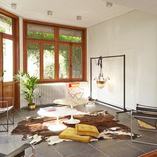 Réalisation d'une salle de séjour bohème de taille moyenne et ouverte avec un mur blanc, un sol en carrelage de céramique et aucun téléviseur.