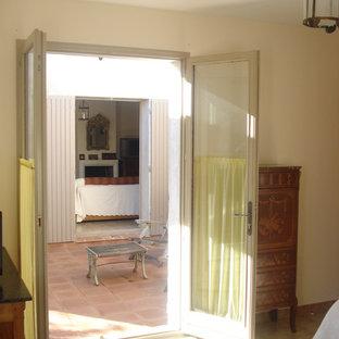 Aménagement d'une salle de séjour campagne de taille moyenne et fermée avec un mur blanc, un sol en carreau de terre cuite, une cheminée standard, un manteau de cheminée en plâtre, un téléviseur indépendant et un sol rose.
