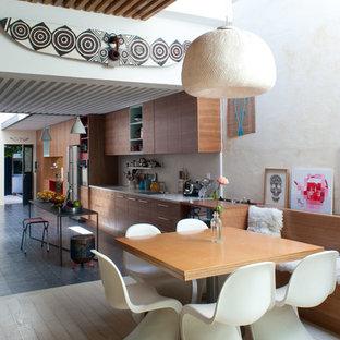 パリの中サイズのインダストリアルスタイルのおしゃれな独立型ファミリールーム (ライブラリー、ベージュの壁、塗装フローリング、ベージュの床) の写真