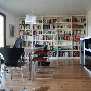 Aménagement d'une salle de séjour avec une bibliothèque ou un coin lecture contemporaine avec un mur blanc, un sol en bois brun, un téléviseur encastré et un sol beige.
