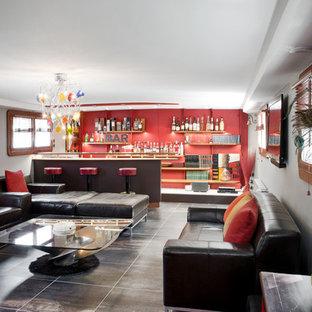 Cette image montre une salle de séjour design fermée avec un bar de salon, un mur rouge et un sol noir.