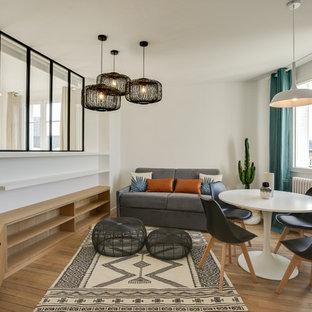Idées déco pour une petit salle de séjour scandinave fermée avec un mur blanc, un sol en bois brun, un téléviseur indépendant et un sol marron.