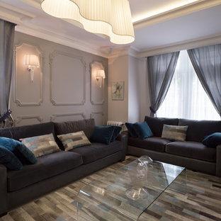 Cette image montre une salle de séjour traditionnelle de taille moyenne et ouverte avec un mur beige, un sol en bois brun et aucun téléviseur.