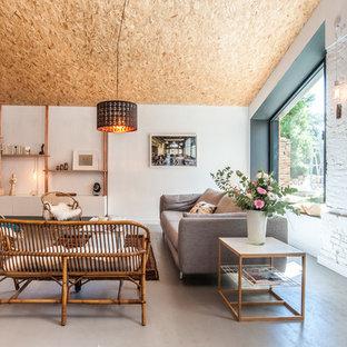 Inspiration pour une salle de séjour design ouverte avec un mur blanc, aucune cheminée et un téléviseur encastré.