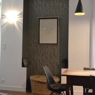 Diseño de sala de estar abierta, de estilo de casa de campo, grande, con paredes blancas, suelo de baldosas de terracota, chimenea tradicional, marco de chimenea de piedra y suelo rojo