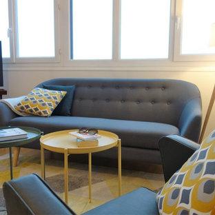 ナントの中サイズの北欧スタイルのおしゃれなファミリールーム (白い壁、淡色無垢フローリング、暖炉なし、コーナー型テレビ、茶色い床) の写真