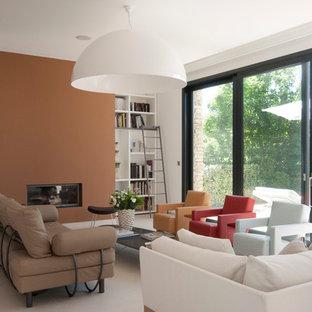 Idée de décoration pour une salle de séjour avec une bibliothèque ou un coin lecture design de taille moyenne et ouverte avec un mur orange et aucun téléviseur.