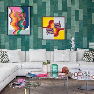 Cette photo montre une grande salle de séjour tendance ouverte avec une salle de musique, un mur vert, un sol en bois brun, cheminée suspendue, un manteau de cheminée en pierre, un téléviseur fixé au mur et un sol beige.