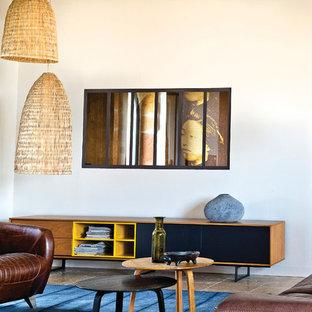 Idée de décoration pour une salle de séjour avec une bibliothèque ou un coin lecture bohème de taille moyenne et ouverte avec un mur blanc, aucune cheminée et aucun téléviseur.