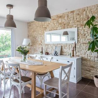 Cette photo montre une grande salle de séjour nature ouverte avec un sol en carrelage de céramique, un sol marron et un mur blanc.