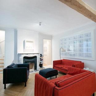 Idées déco pour une salle de séjour contemporaine de taille moyenne et ouverte avec un mur blanc, un sol en bois brun, une cheminée standard, un manteau de cheminée en pierre et aucun téléviseur.